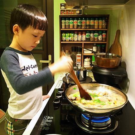 20141023息子はやっぱりまだ料理を作るのが好きです。