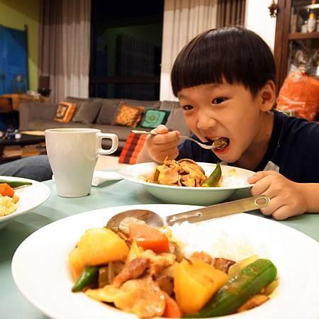 20141106お腹がぺこぺこので、子供は大きな口にカレーライスを食べました。