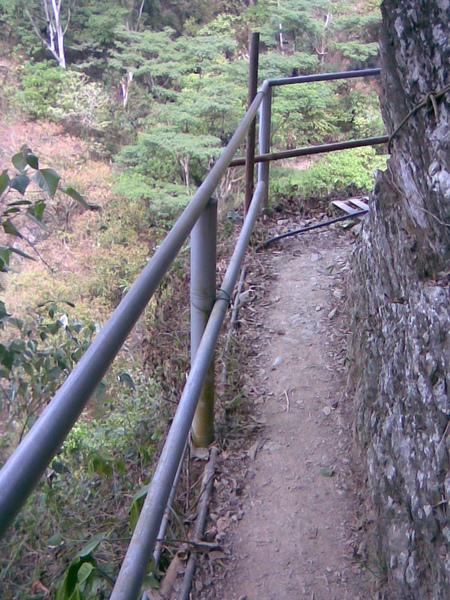 步道旁邊是高十幾樓的懸崖.jpg