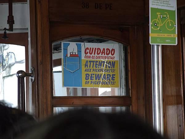 電車上小心扒手的標示