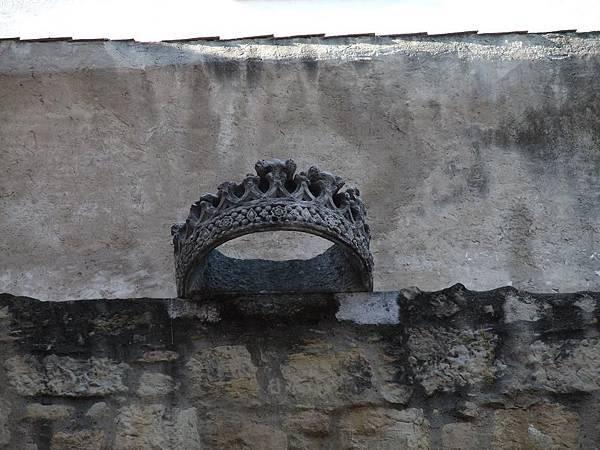 懸在牆上的王冠