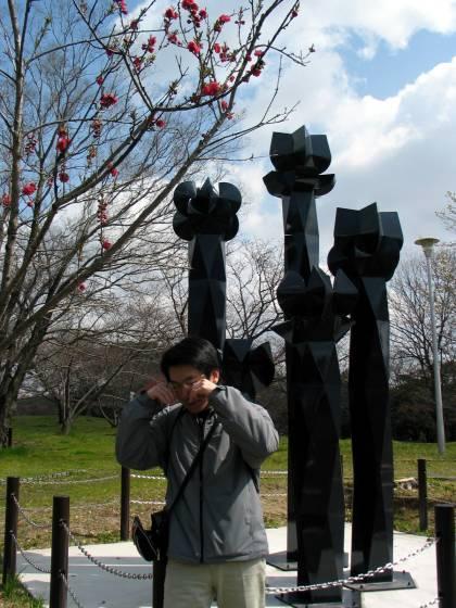 悲傷的花朵石雕像