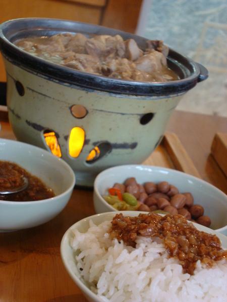 台灣味的魯肉飯.JPG