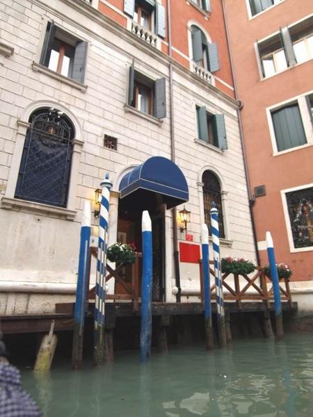 每個門口的柱子也代表著他們的身份!
