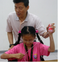 廖進德老師用心指導學生。