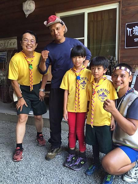 大家熱烈與獵人古道導覽哥哥合照_5608.jpg