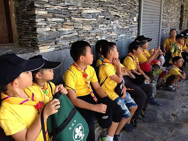 大家熱烈與獵人古道導覽哥哥合照_6417.jpg