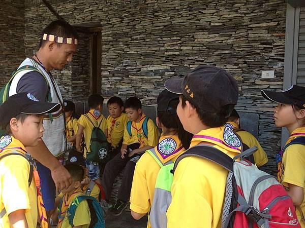 大家熱烈與獵人古道導覽哥哥合照_7219.jpg