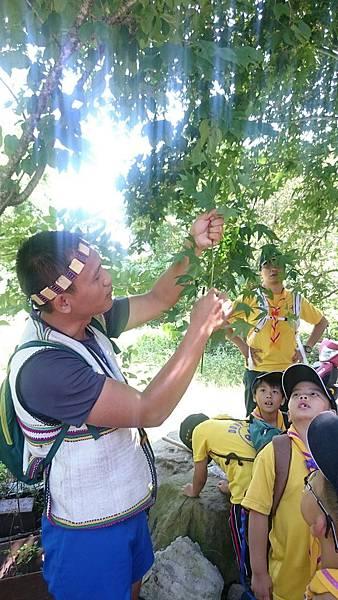 大家熱烈與獵人古道導覽哥哥合照_9464.jpg