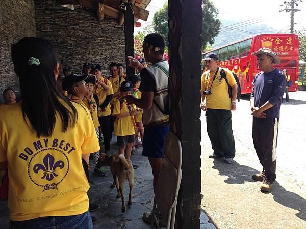 大家熱烈與獵人古道導覽哥哥合照_9982.jpg