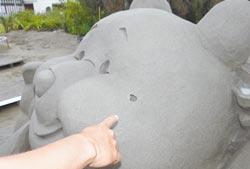 2013.05.20 馬沙溝小熊維尼沙雕作品19日被發現臉上破了一個洞,觀光局雲嘉南管理處懷疑是遭到遊客破壞,已向警方報案。(楊逸宏攝)