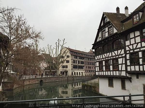 伊爾河畔兩旁的木構式建築.jpg