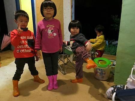 雨鞋是這次露營小朋友們的最愛