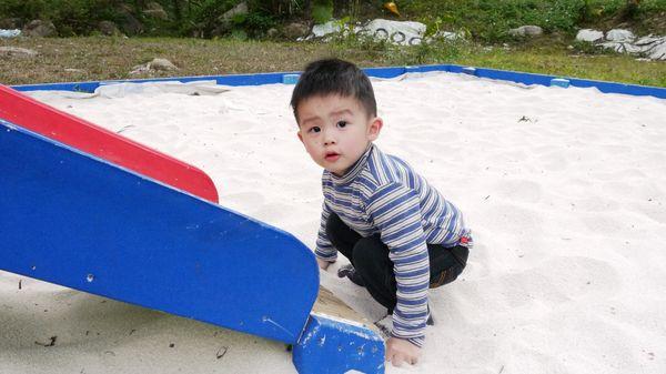 玩沙中的杰弟