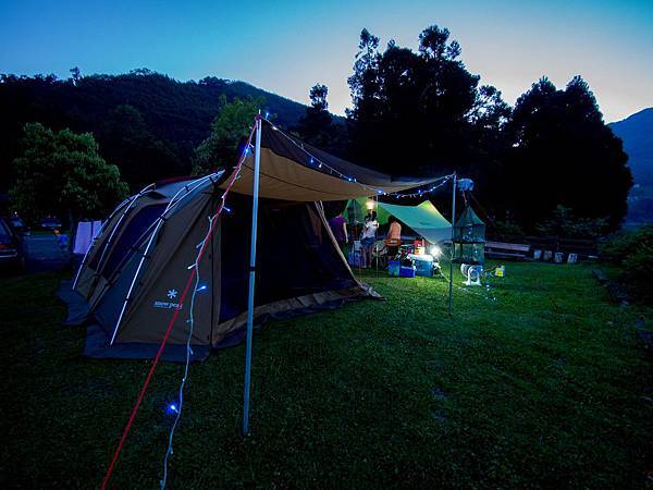 傍晚時刻的帳篷前景