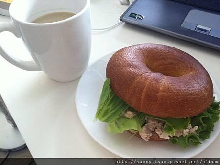 bagel with tuna salad