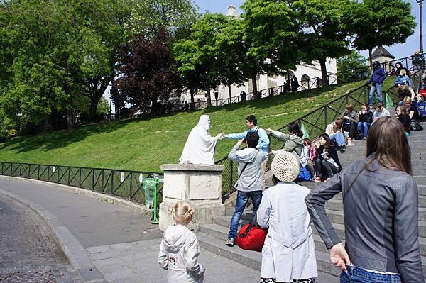 雕像在跟人家握手!