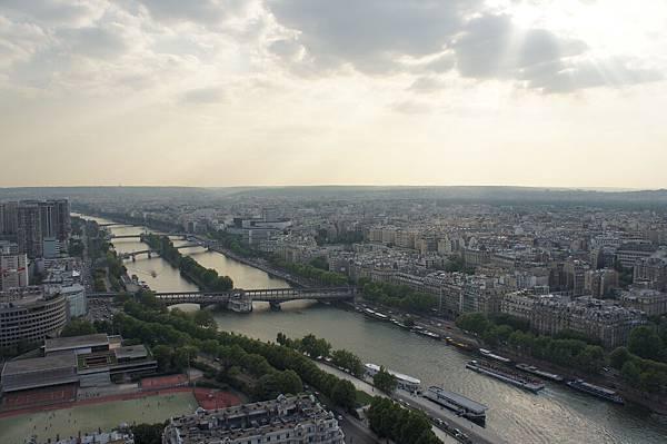 從艾菲爾鐵塔第二層看出去的塞納河