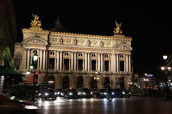 晚上打燈的珈尼葉歌劇院更漂亮!