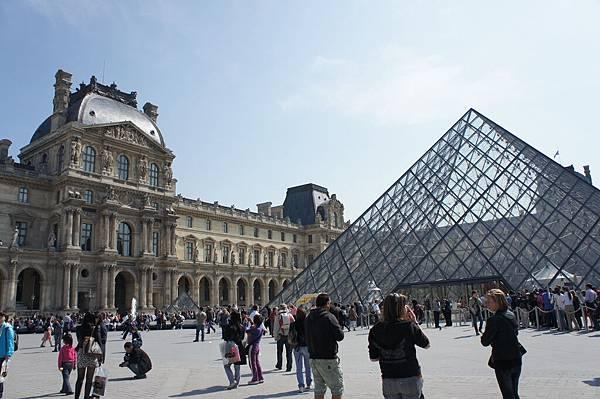 羅浮宮的大金字塔
