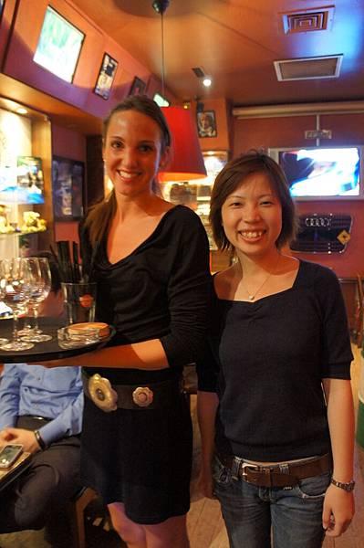 站在賽車餐廳的美女waiter旁邊, 我根本就是矮肥短