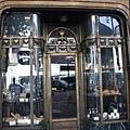 看這個門 你發現到它是甚麼店了嗎??