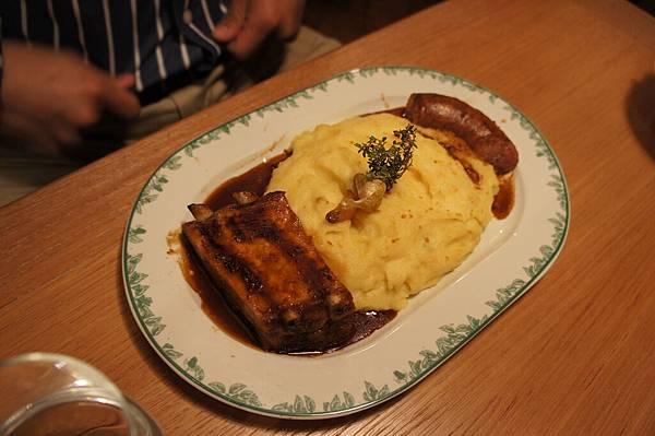 豬肋排跟香腸 和馬鈴薯泥