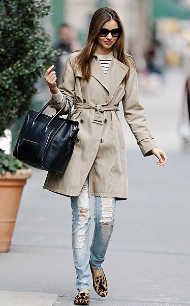風衣外套(Trench Coat)+T恤(T-Shirt)+刷破緊身牛仔褲(Skinny Ripped Jeans)+樂福鞋(loafers)