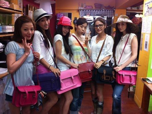 吳佩慈和好友們一人背一咖劍橋包