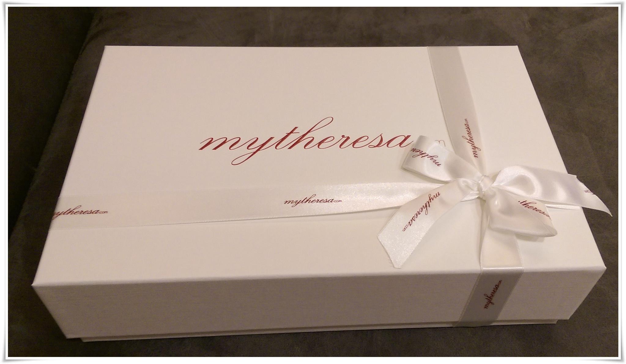 開心地收到mytheresa的禮物盒