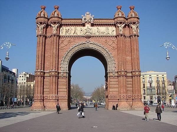 巴塞罗那凯旋门(Arc de Triomf)用微红色的砌砖建成,呈摩尔复兴时期风格