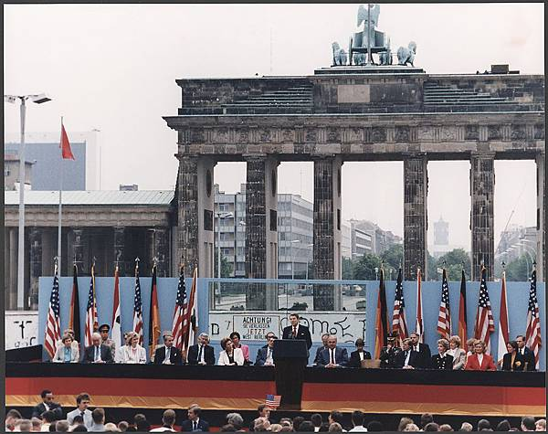 Photograph_of_President_Reagan_giving_a_speech_at_the_Berlin_Wall,_Brandenburg_Gate,_Federal_Republic_of_Germany_-_NARA_-_198585