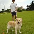 與年輕的阿狗在大草坪散步