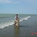和老爸海邊玩水