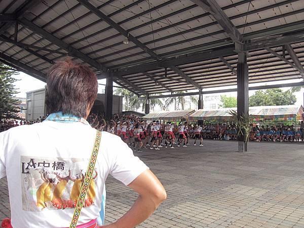 分組進行現代舞比賽.JPG