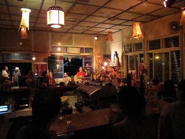 晚上到糖廠咖啡屋欣賞特別的音樂,今晚是吉普賽樂風,來自故國的樂手組成的團.JPG