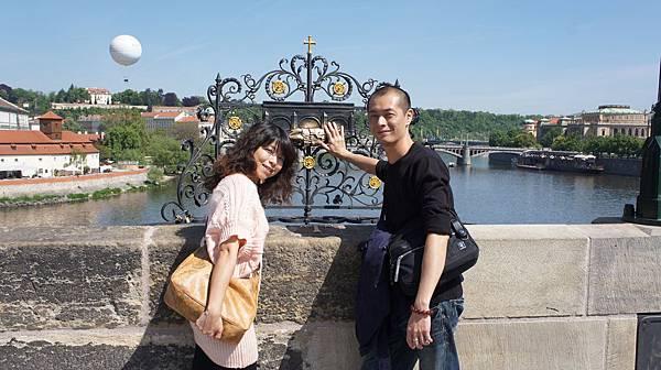 查理大橋上可以許願的雕像.JPG