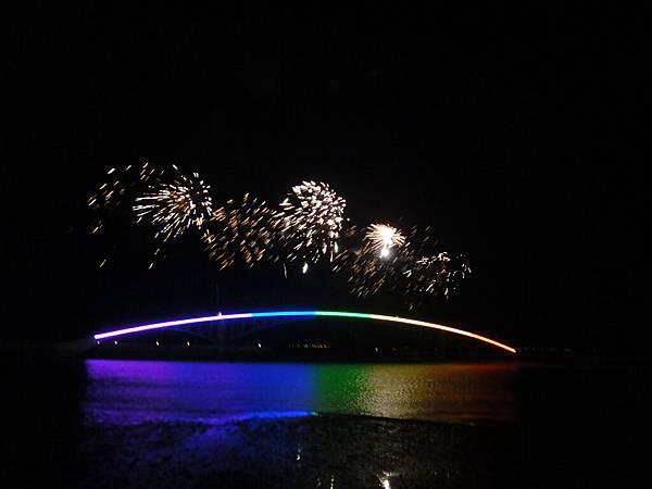 彩虹橋上的煙火,真美啊!