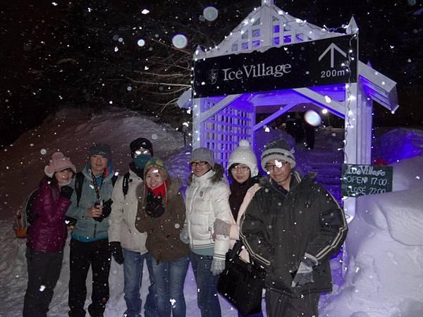 愛絲冰城入口,正在下雪,好冷哦!