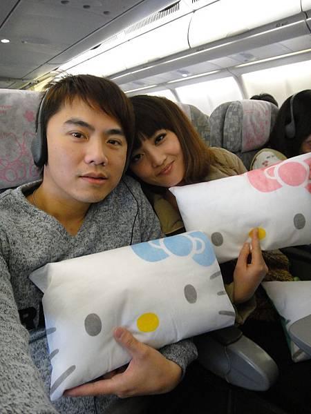 HELLO KITTY 機上,抱枕好可愛,好想帶回家!