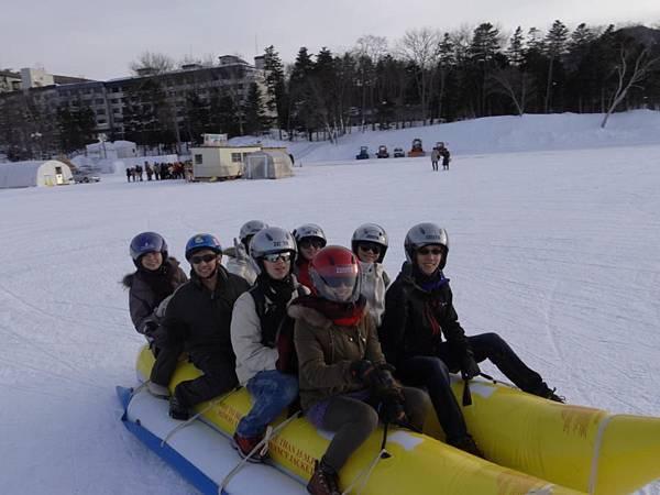 冰上香蕉船,刺激度不輸水上的!