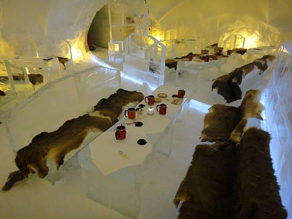 冰之餐廳,整間含桌椅都是冰做的哦!