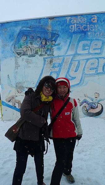 下雪中的鐵力士山~小施與張姊.JPG