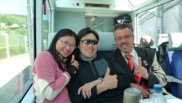 在冰河列車上與帥氣的車掌合照.JPG