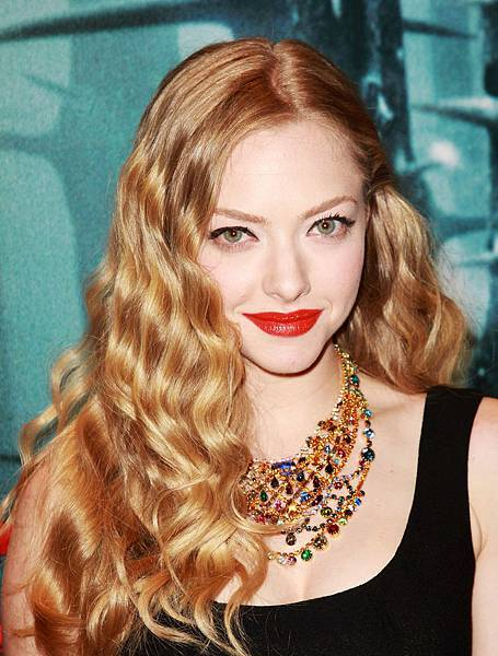 Amanda Seyfried Hairstyle-penhahermess.blogspot.com-amanda-seyfried-red-riding-hood-euro-premiere-09