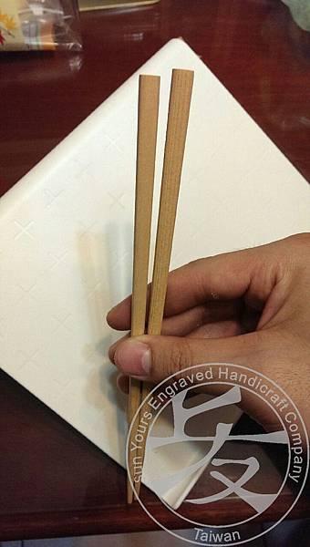 一雙平凡的木筷。