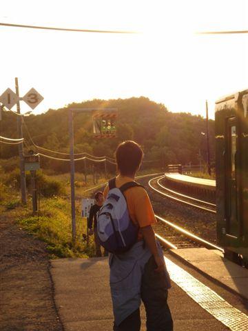 050_穿過鐵路的背影XD.JPG