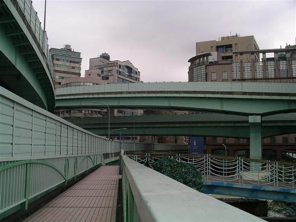 025_麥帥一橋上.JPG