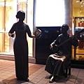 王府井街頭有好幾個銅像