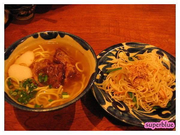 沖繩麵,很像台灣焢肉麵和炒麵XD